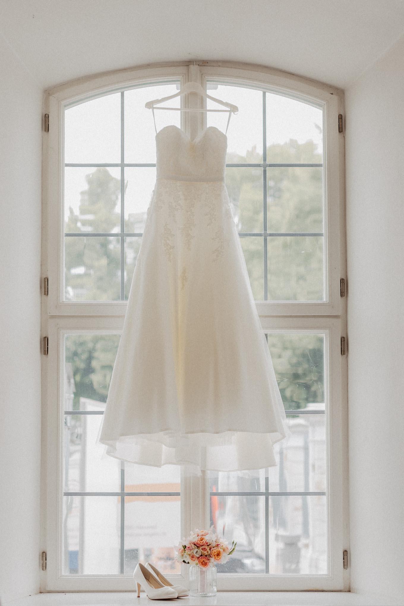 Hochzeitskleid beim getting ready auf Schloss Engers