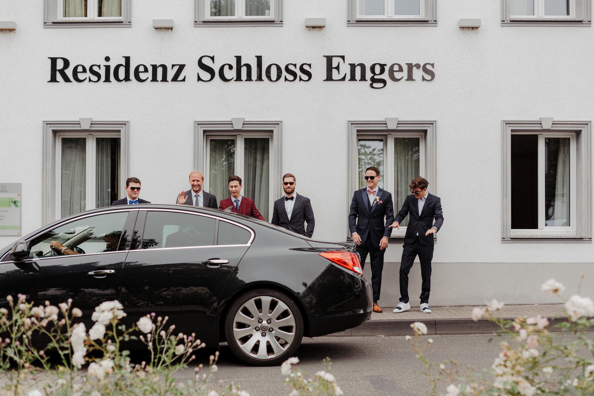 Bräutigam mit Freunden vor Schloss Engers