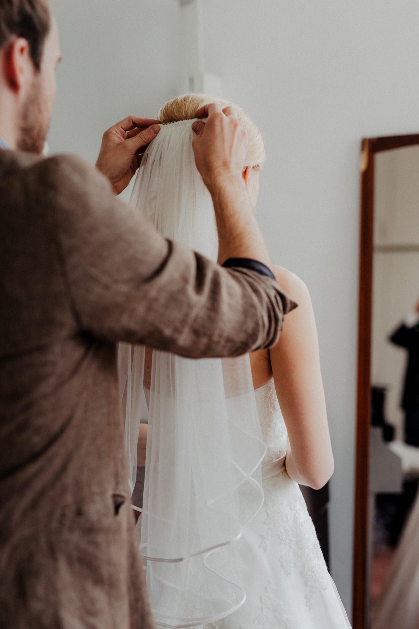 Braut zieht den Schleier an