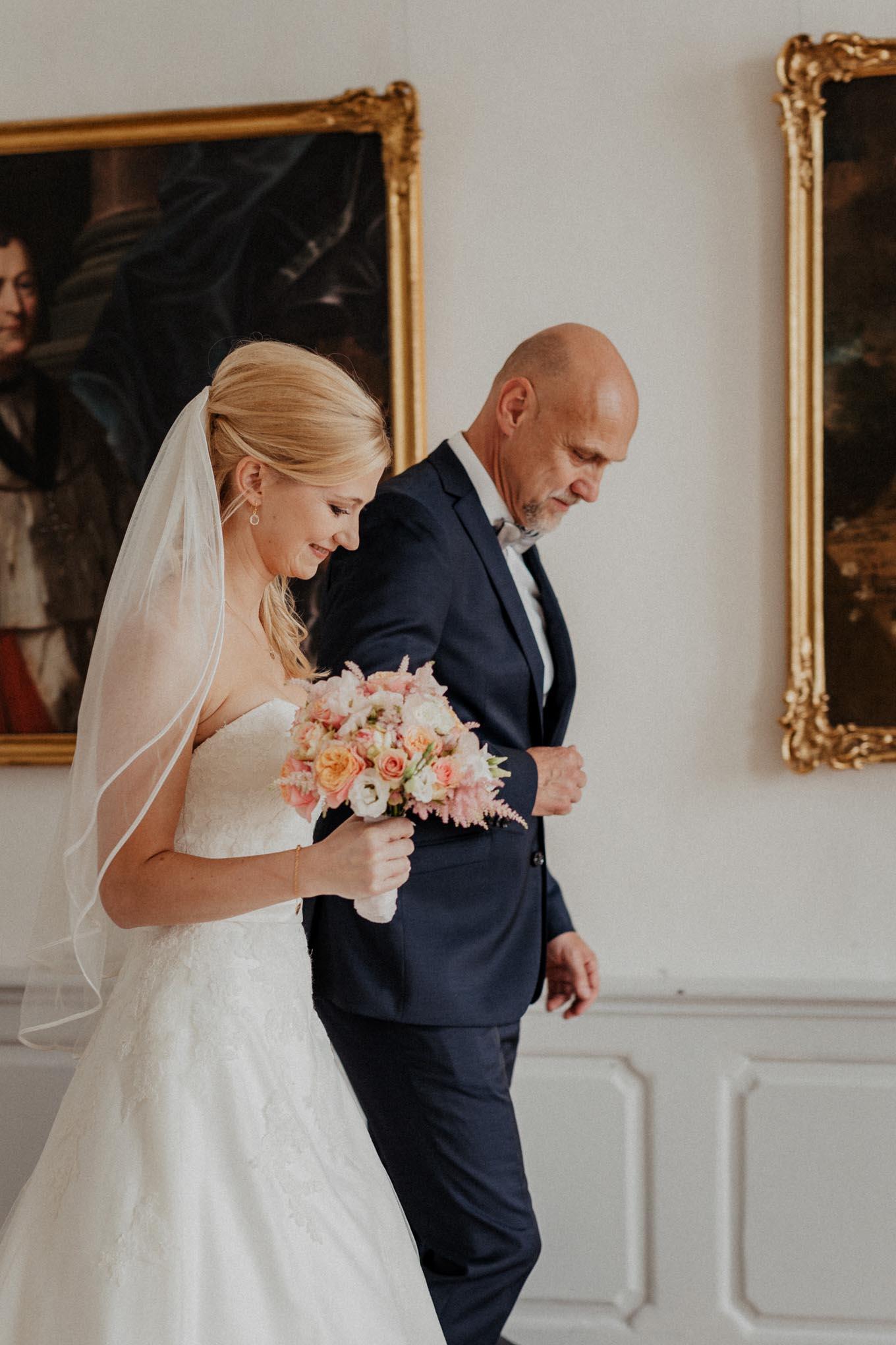 Braut mit Brautvater vor der Trauung
