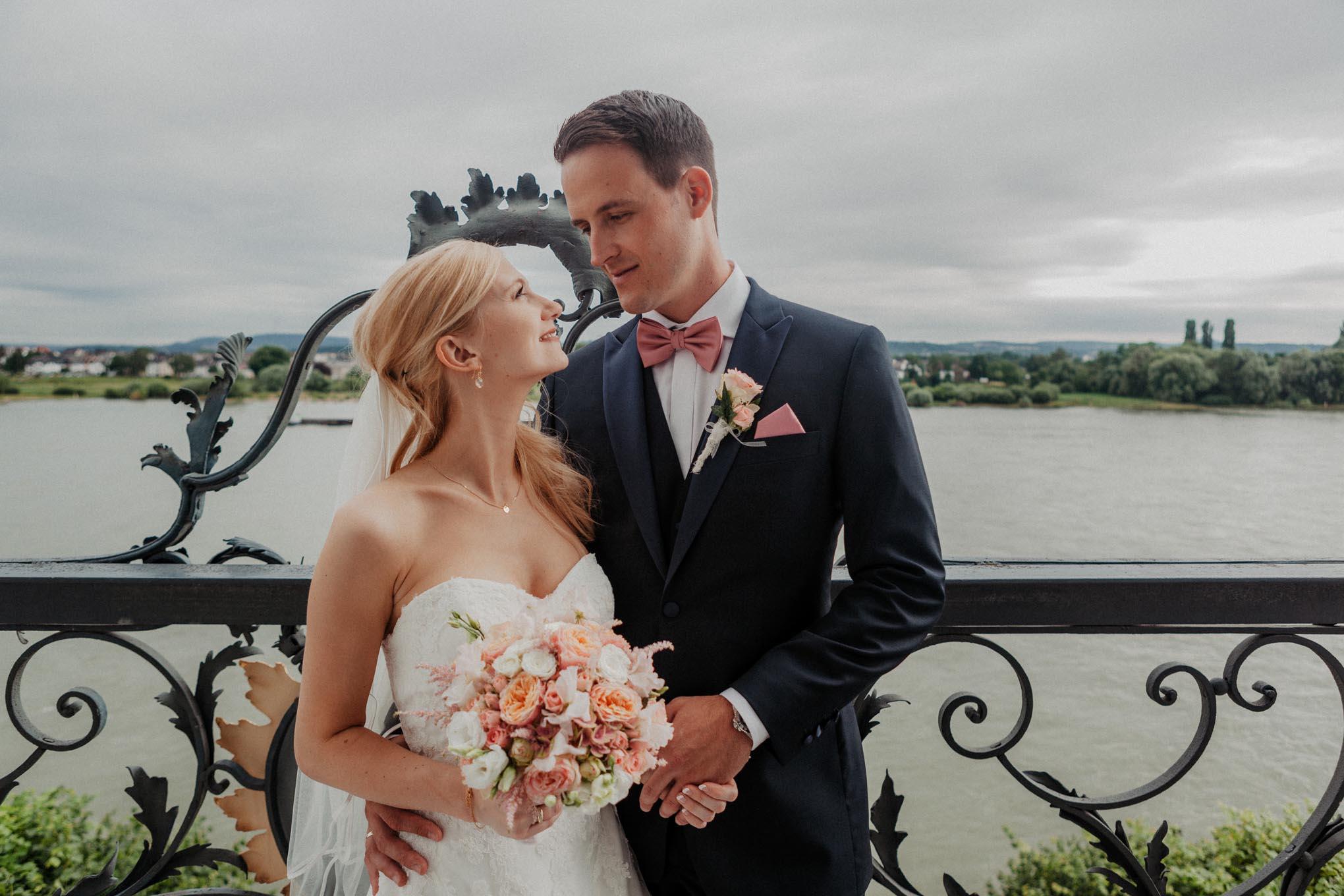 Hochzeitsfoto vor Schloss Engers