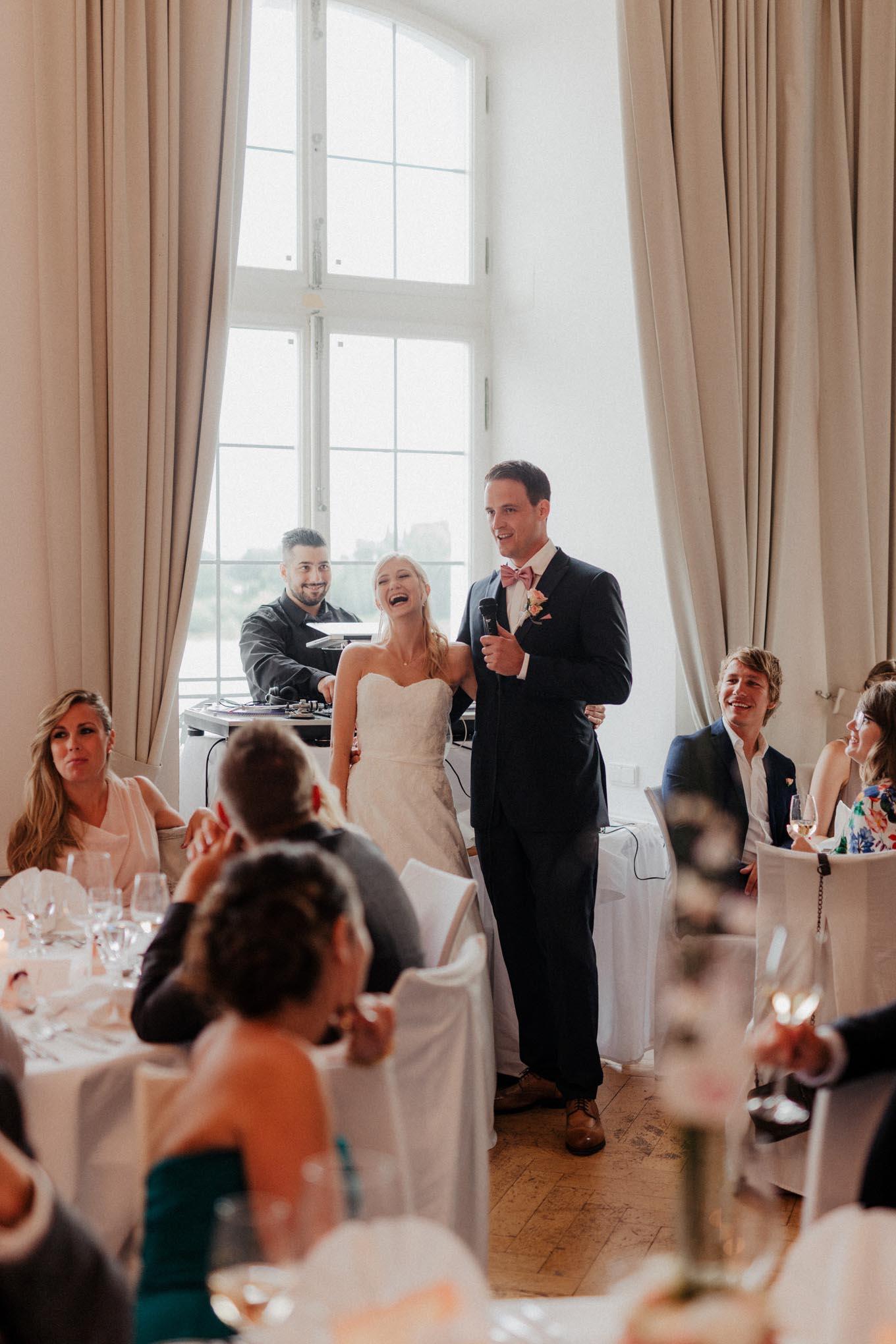 Brautpaar hält Rede auf Hochzeitsfeier