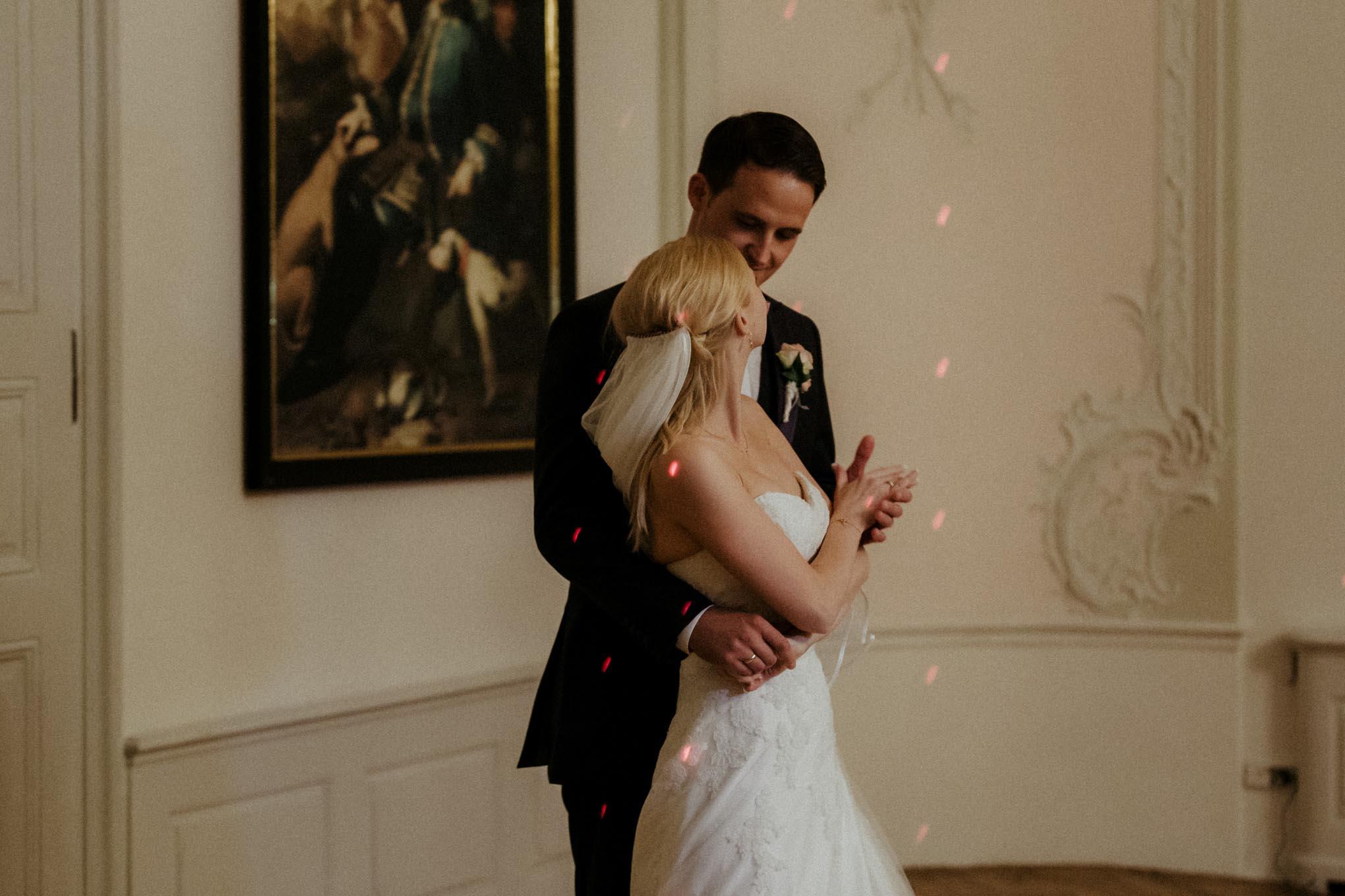 Brautpaar beim Hochzeitstanz auf Schloss Engers