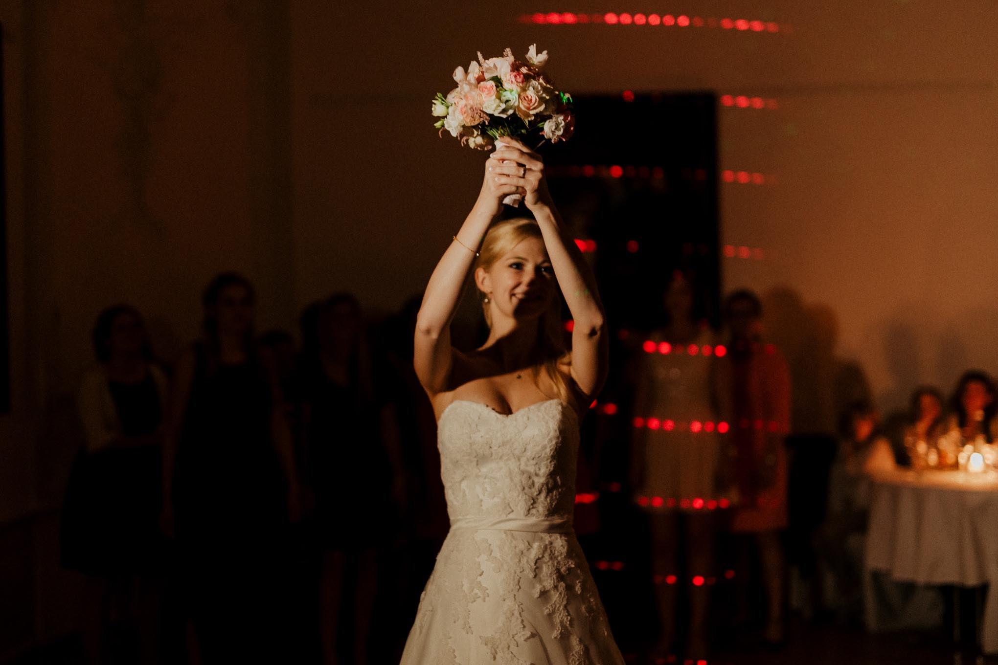 Braut wirft Brautstrauß