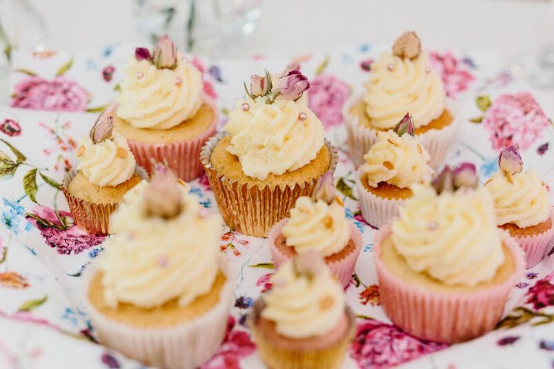 leckere Cupcakes mit Rosen dekoriert