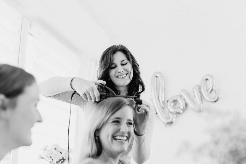 Claudia Sende beim Styling der Braut