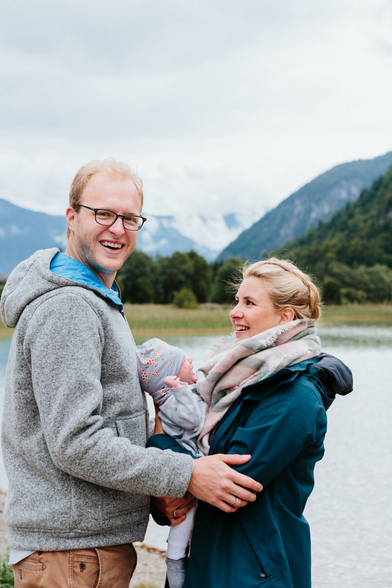 Familie beim Fotoshooting am See in Österreich