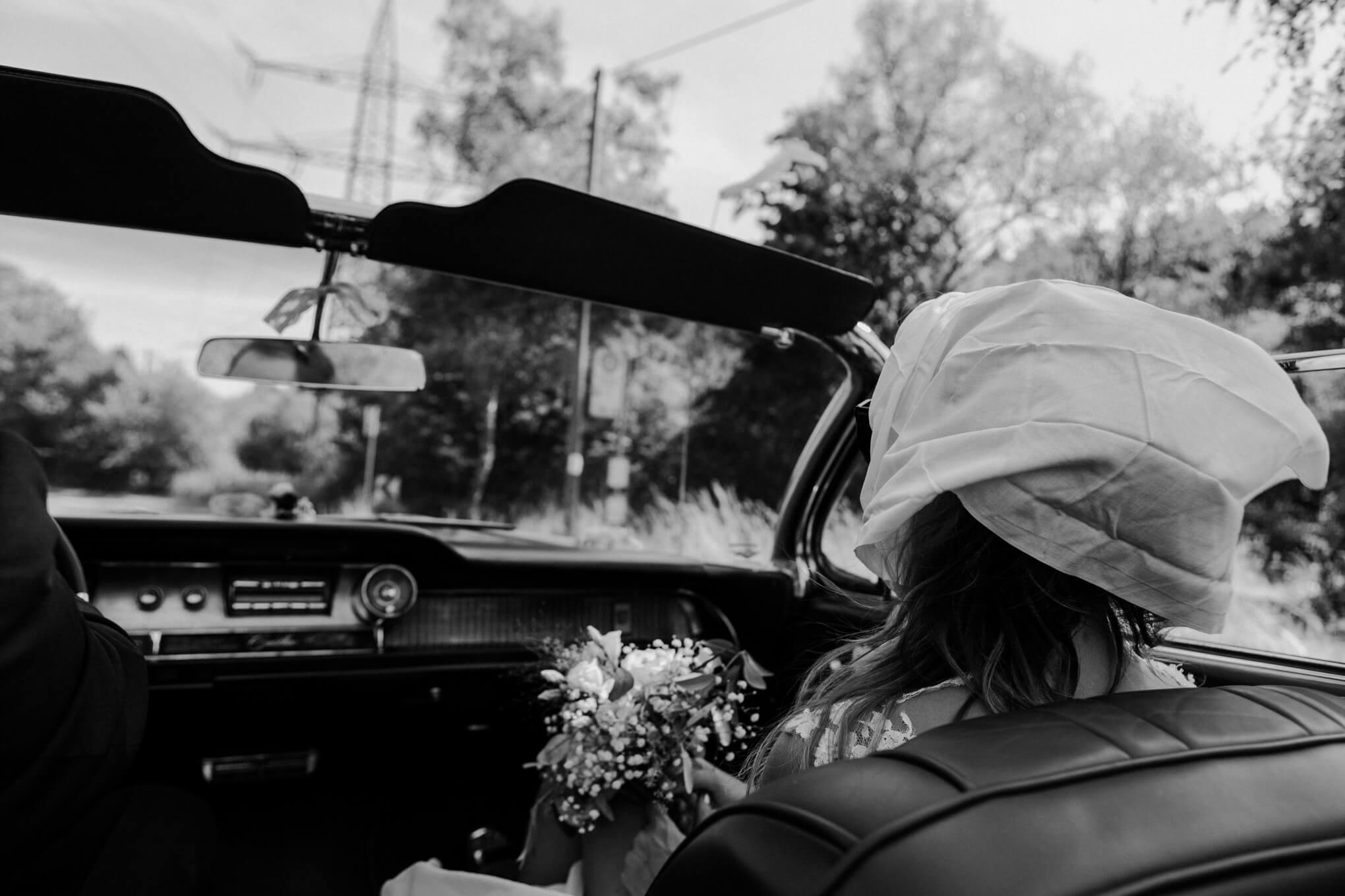 Braut im Cadillac