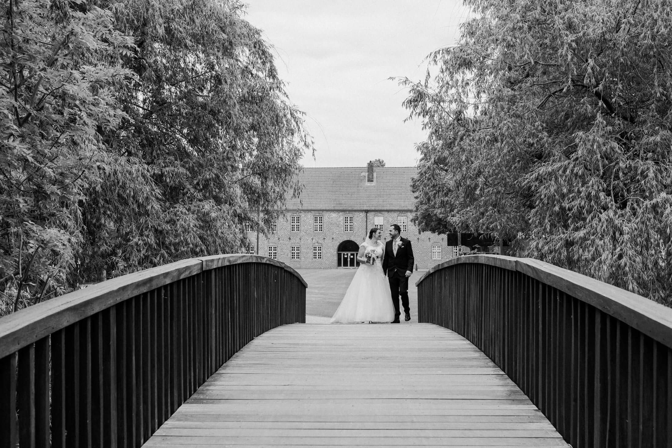 Paarshooting, Hochzeitsfotografie, Brautpaar auf Brücke, Landhochzeit