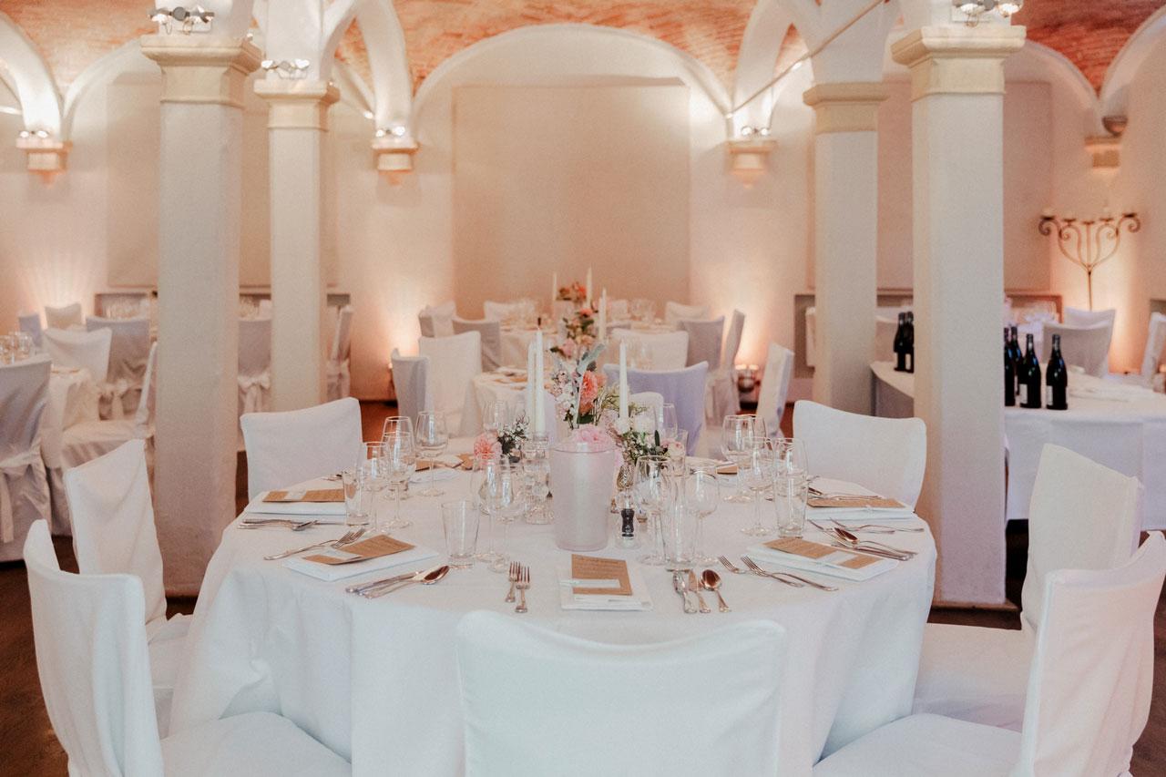 Hochzeitslocation mit Tischdekoration