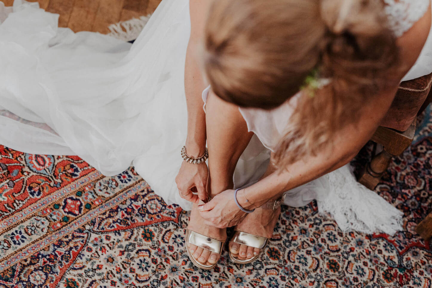 Braut bindet sich die Brautschuhe