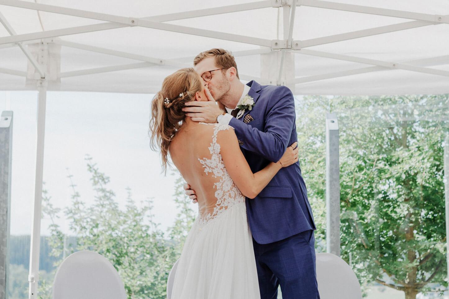 Küssendes Brautpaar nach der Trauung