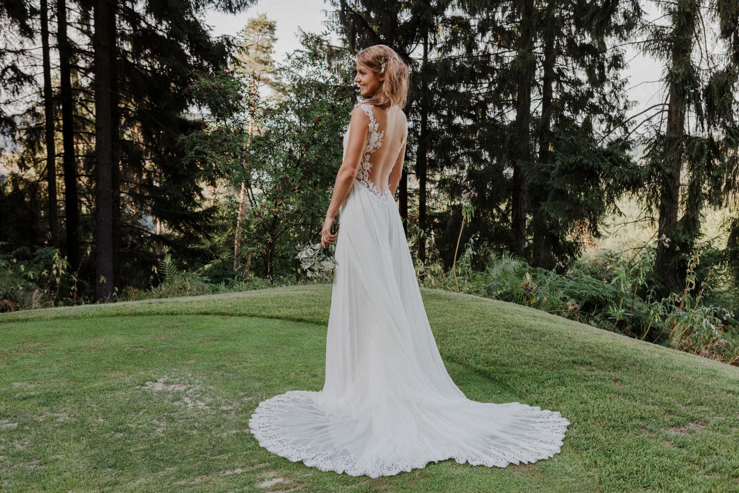 Braut posierend im Brautkleid