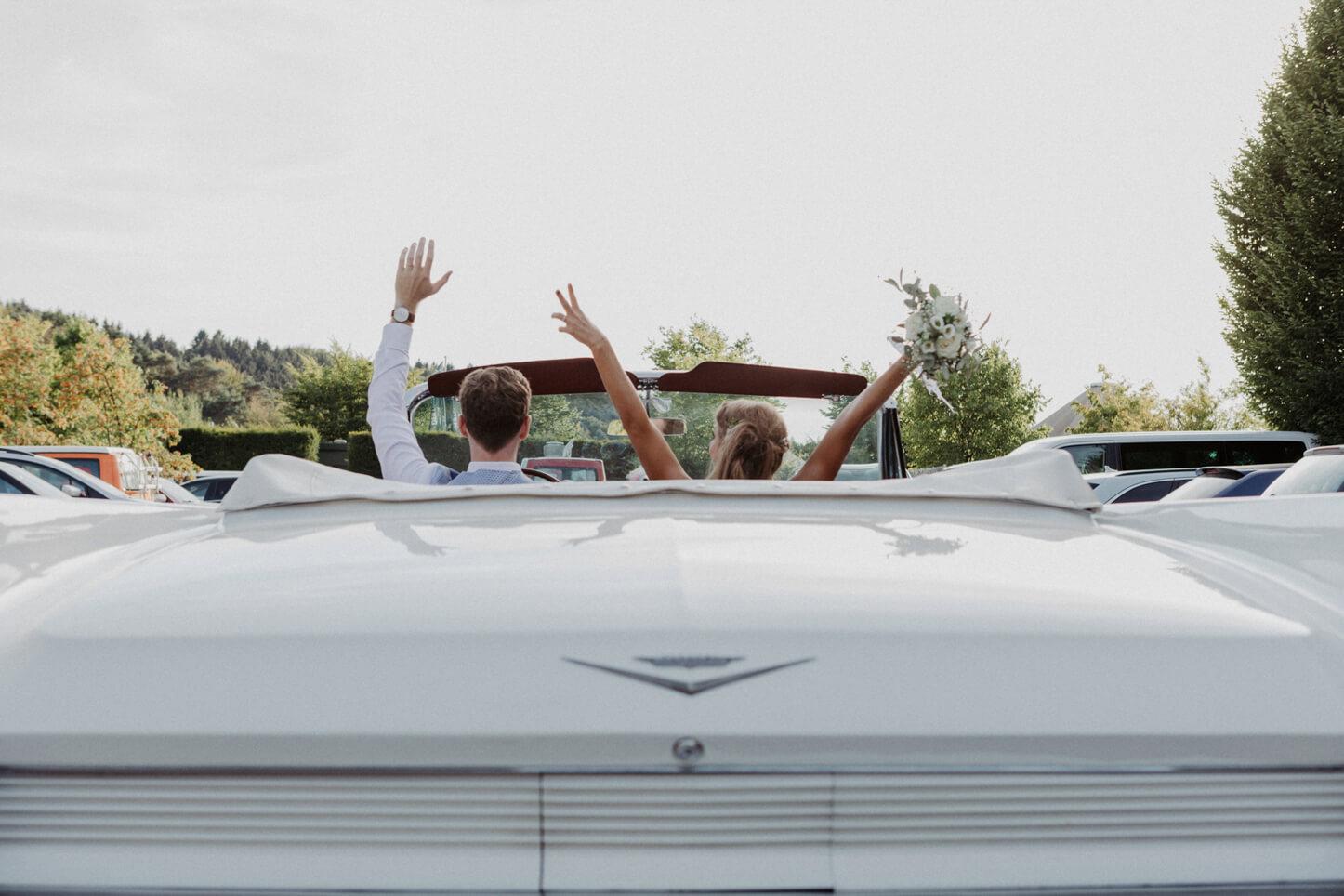 Brautpaar im Cadillac