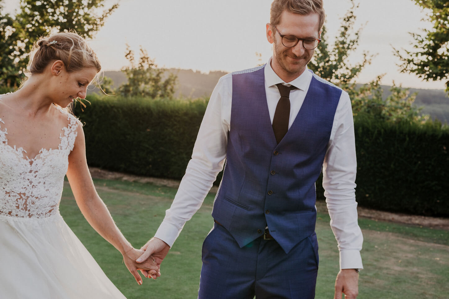 Brautpaar Hand in Hand im Goldclub der Lüderich