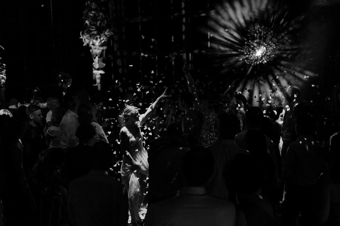Braut auf der Tanzfläche mit Diskokugel