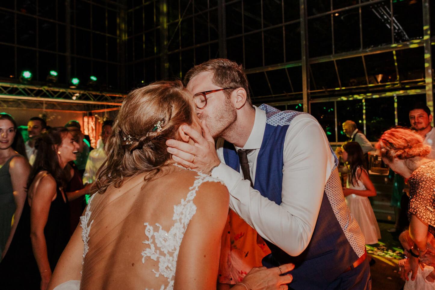 Brautpaar bei der Party auf der Tanzfläche