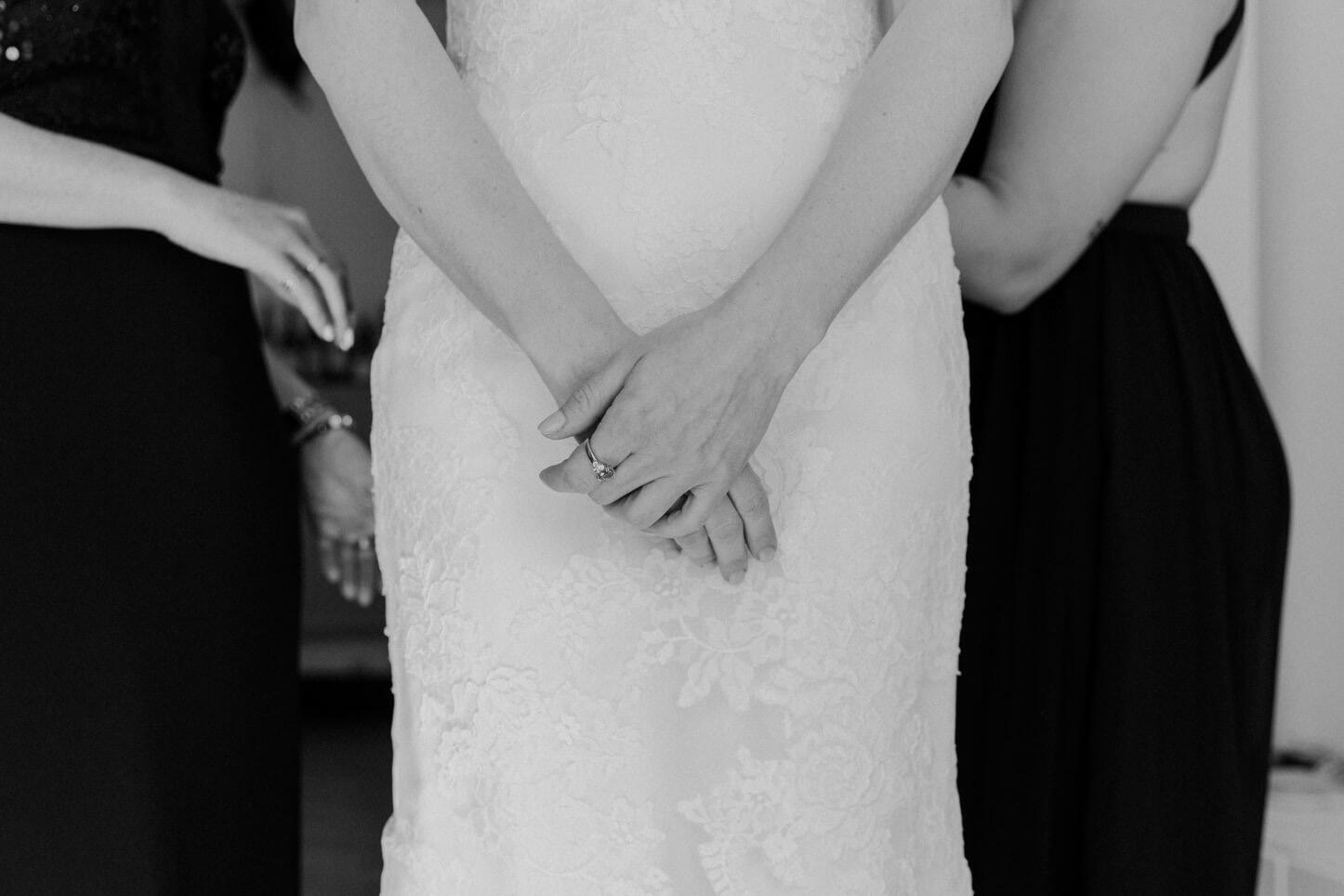 Momentaufnahme beim getting ready der Braut