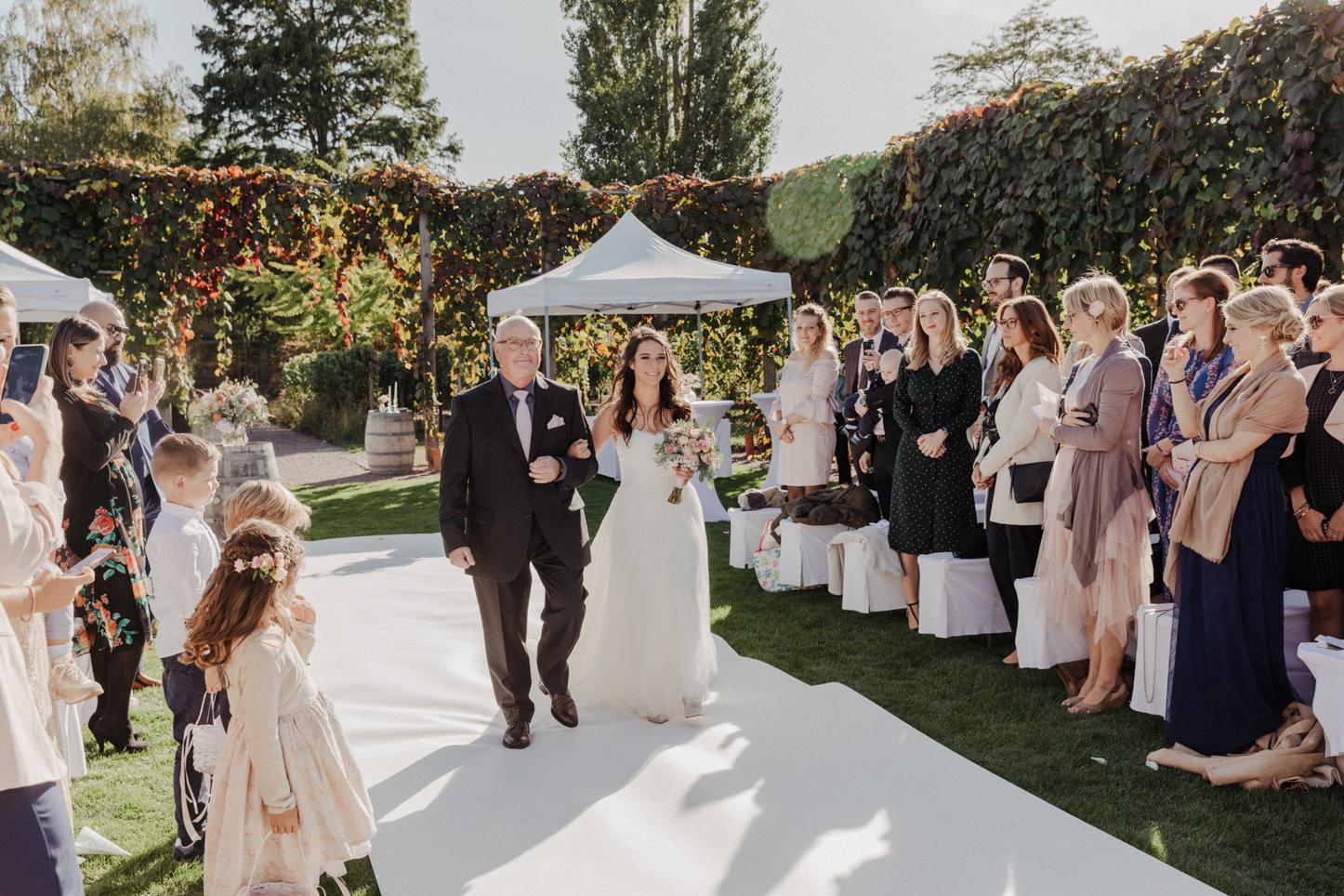 Brautvater mit Braut bei der Trauung