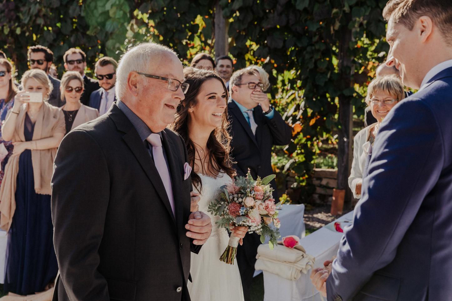 lachende Braut bei der Trauung