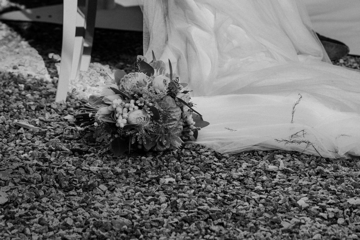 Brautstrauß neben der Braut