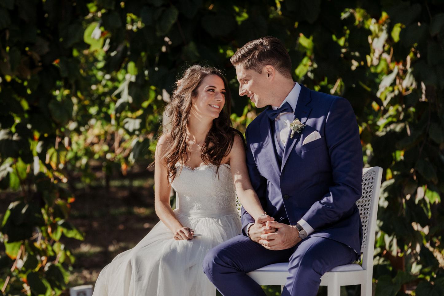 lächelndes Brautpaar während der Trauung