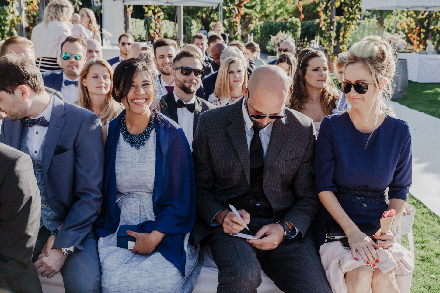 lachende Gäste auf einer Hochzeit