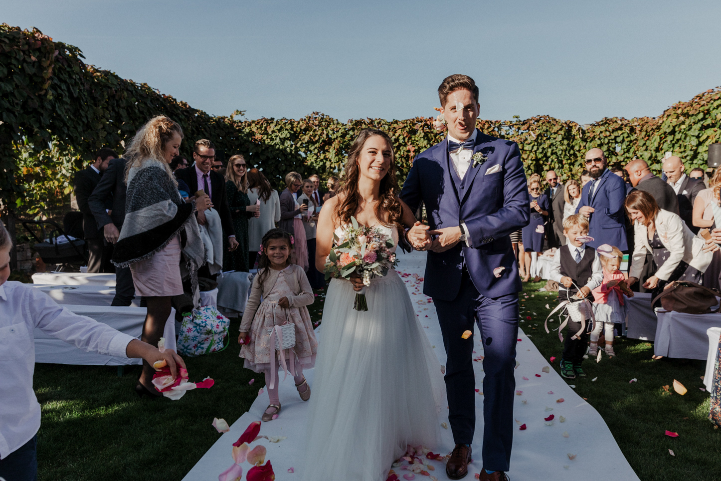 Brautpaar wird mit Blüten beworfen