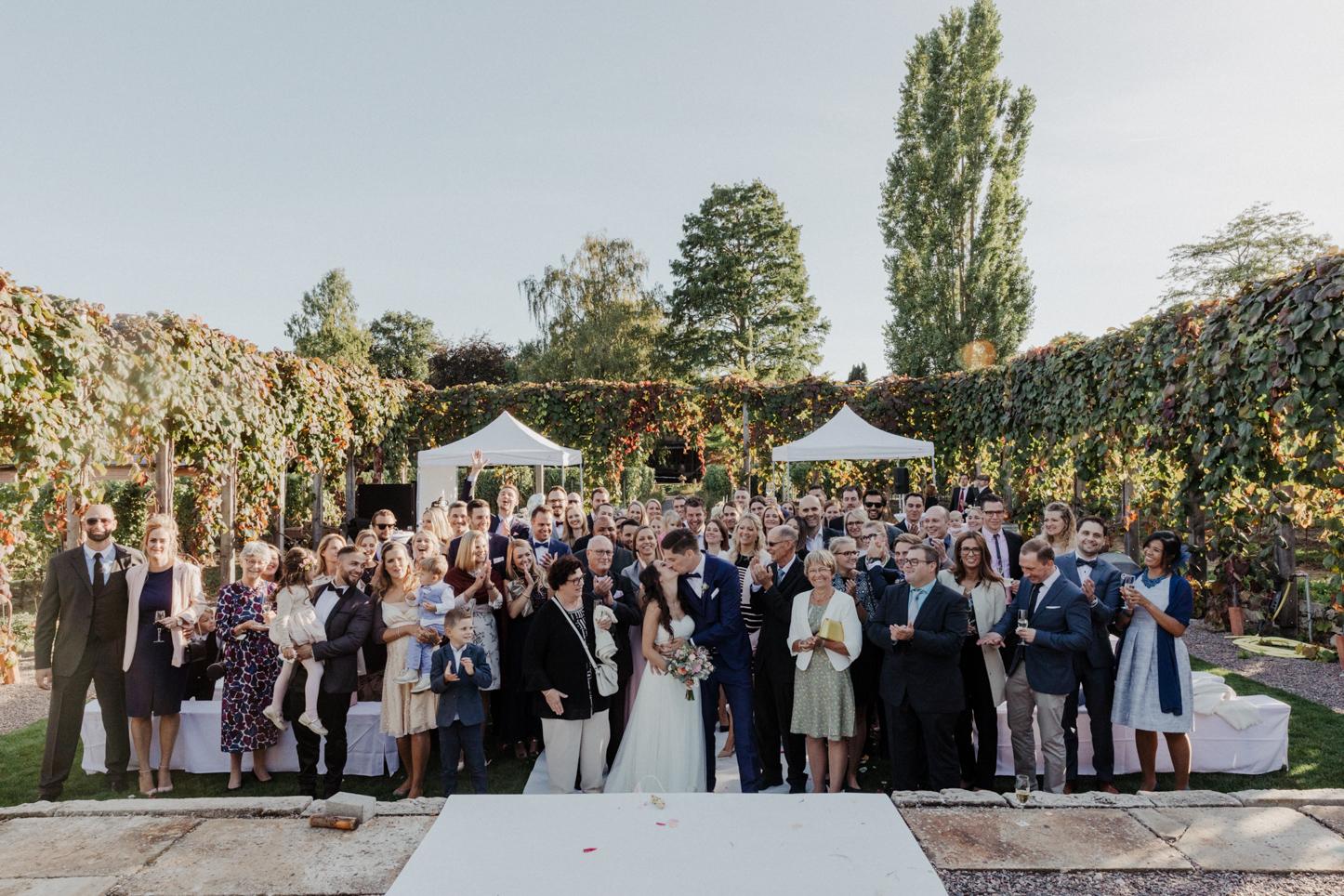 Gruppenfoto einer ganzen Hochzeitsgesellschaft