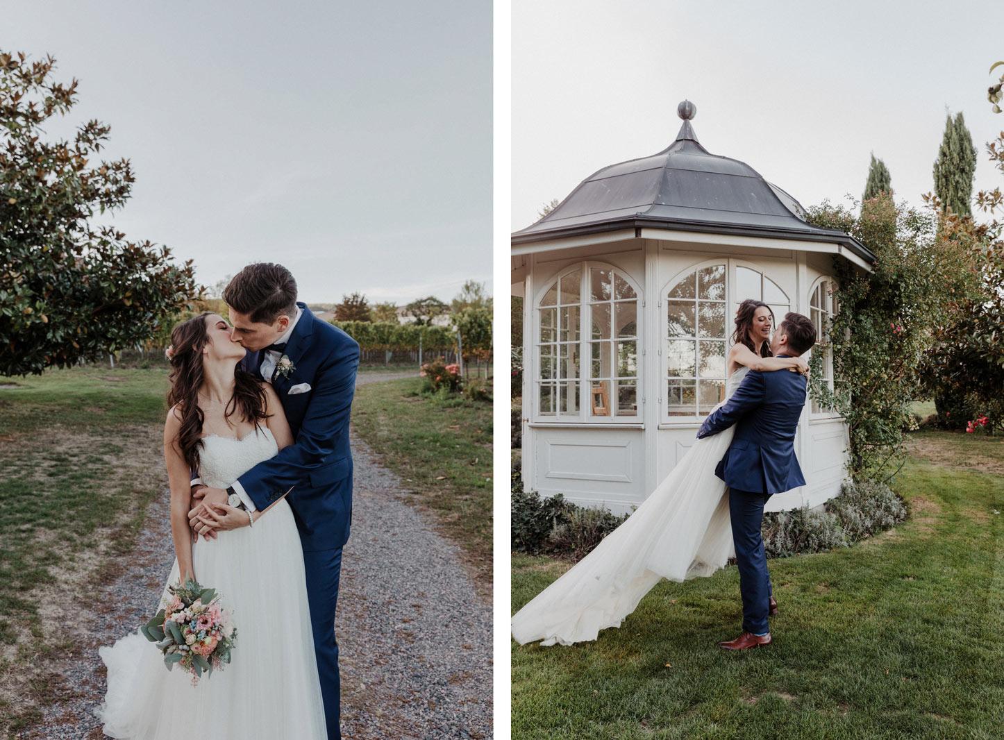 Brautpaar vor Pavillon