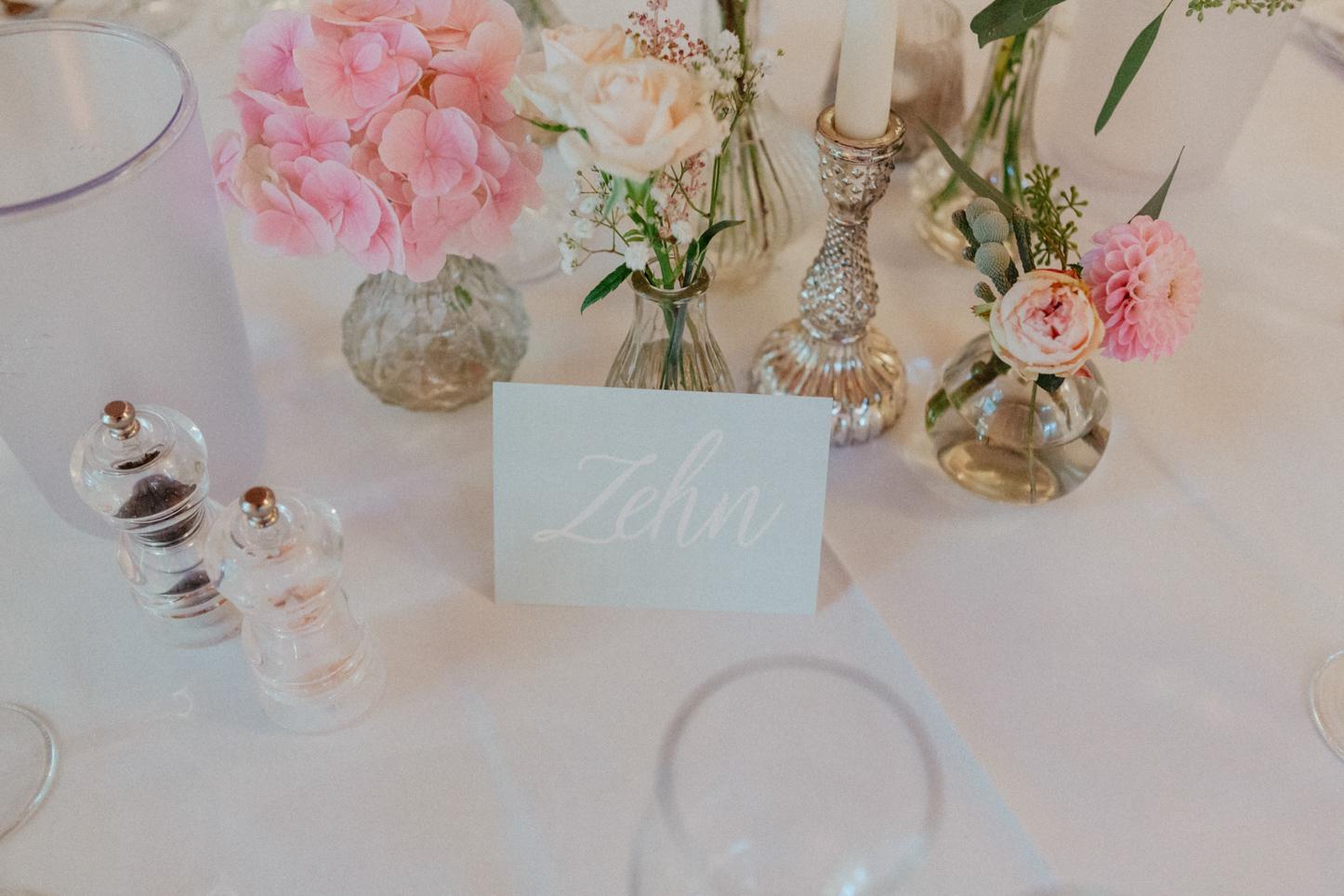 Hochzeits Tischdekoration in zart Blau Pastell