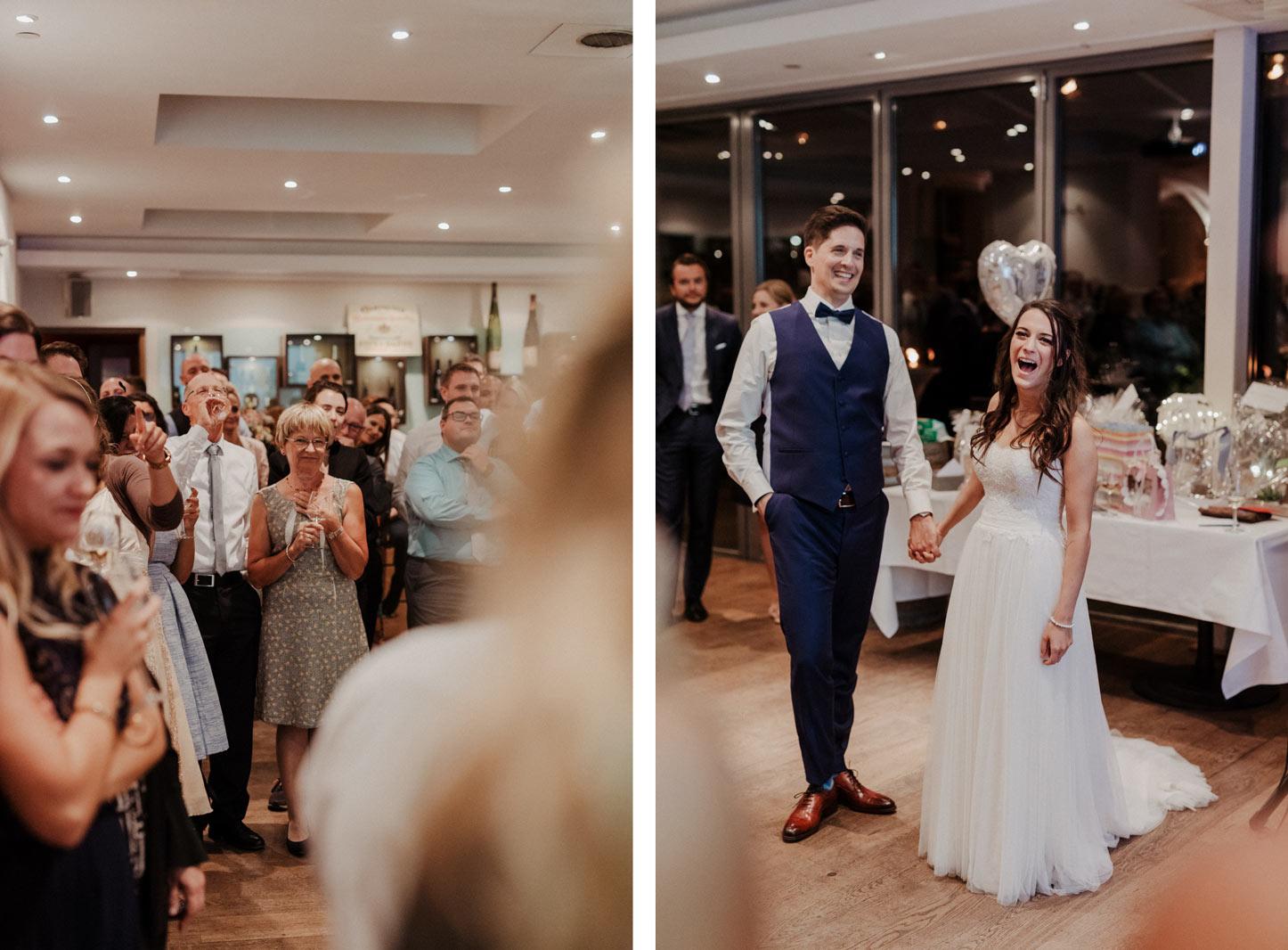 Brautpaar mit Gästen bei der Hochzeitsfeier