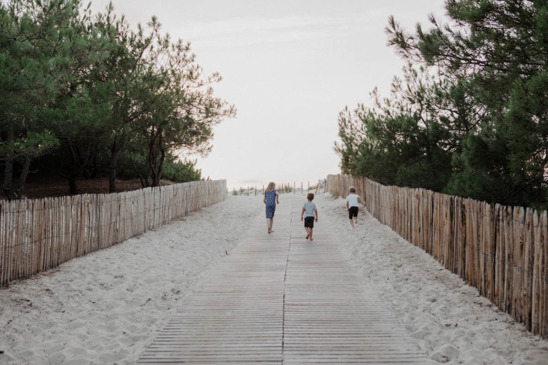Kinder auf dem Weg zum Strand
