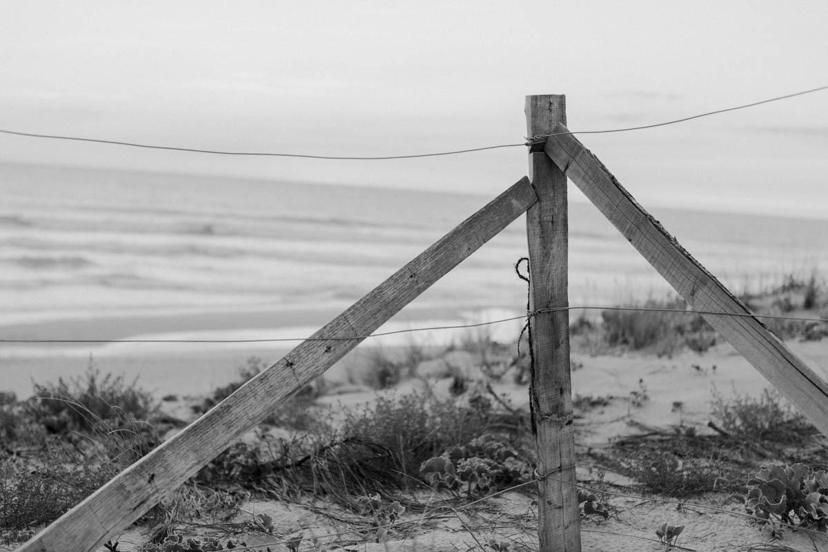 Holzzaun am Strand