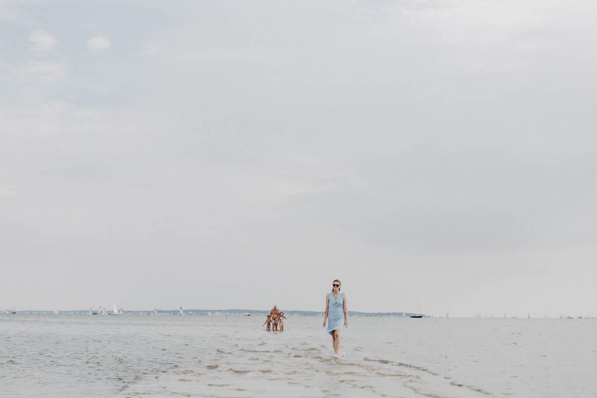 Frau am Strand in Frankreich