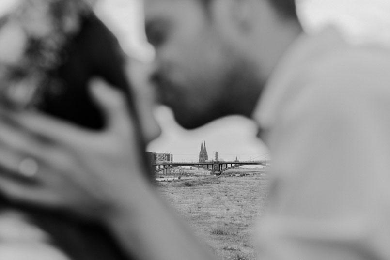 Küssendes Paarfoto vor dem Kölner Dom