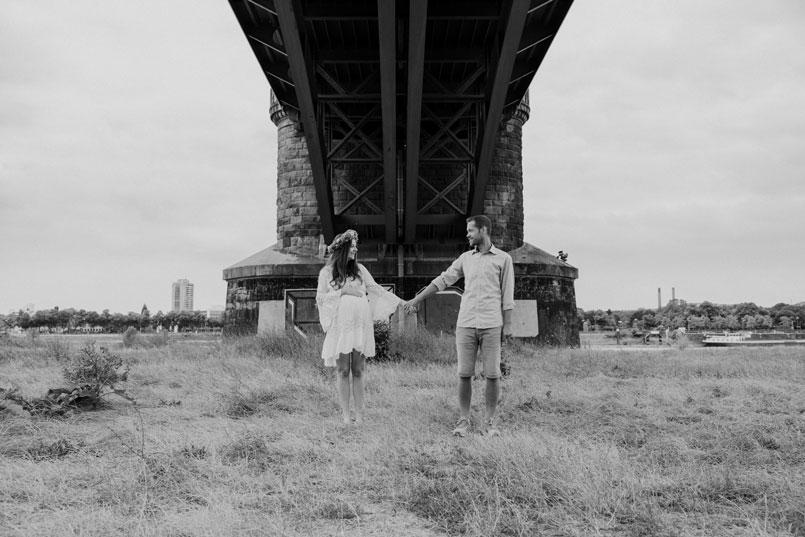 Urbanes Paarshooting unter einer Brücke am Rhein