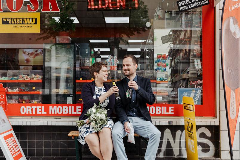 Brautpaar vor Kiosk in Köln