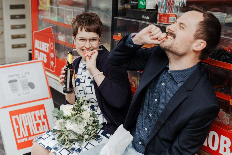 Brautpaar vor Kiosk in Köln-Ehrenfeld