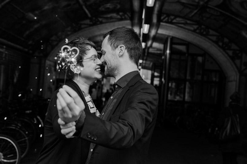 Brautpaar mit Wunderkerze