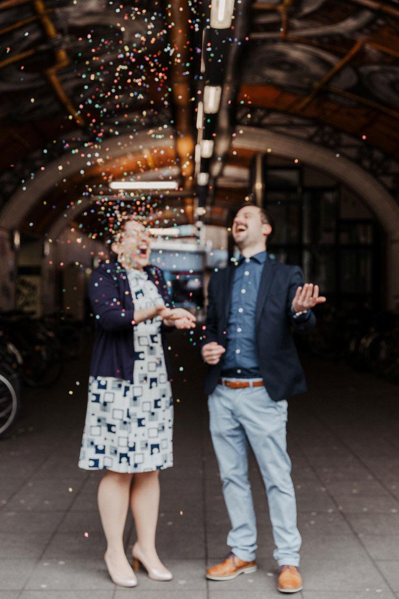 Brautpaar mit Konfetti