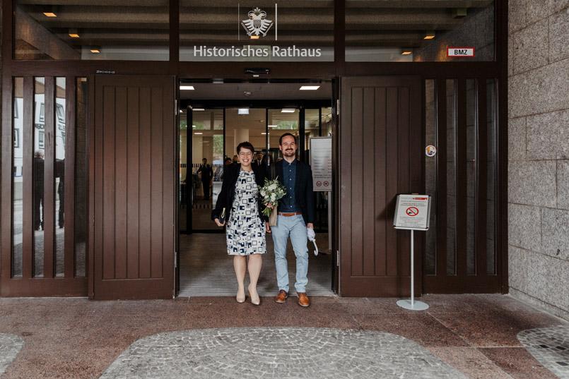 Brautpaar vor Standesamt Köln