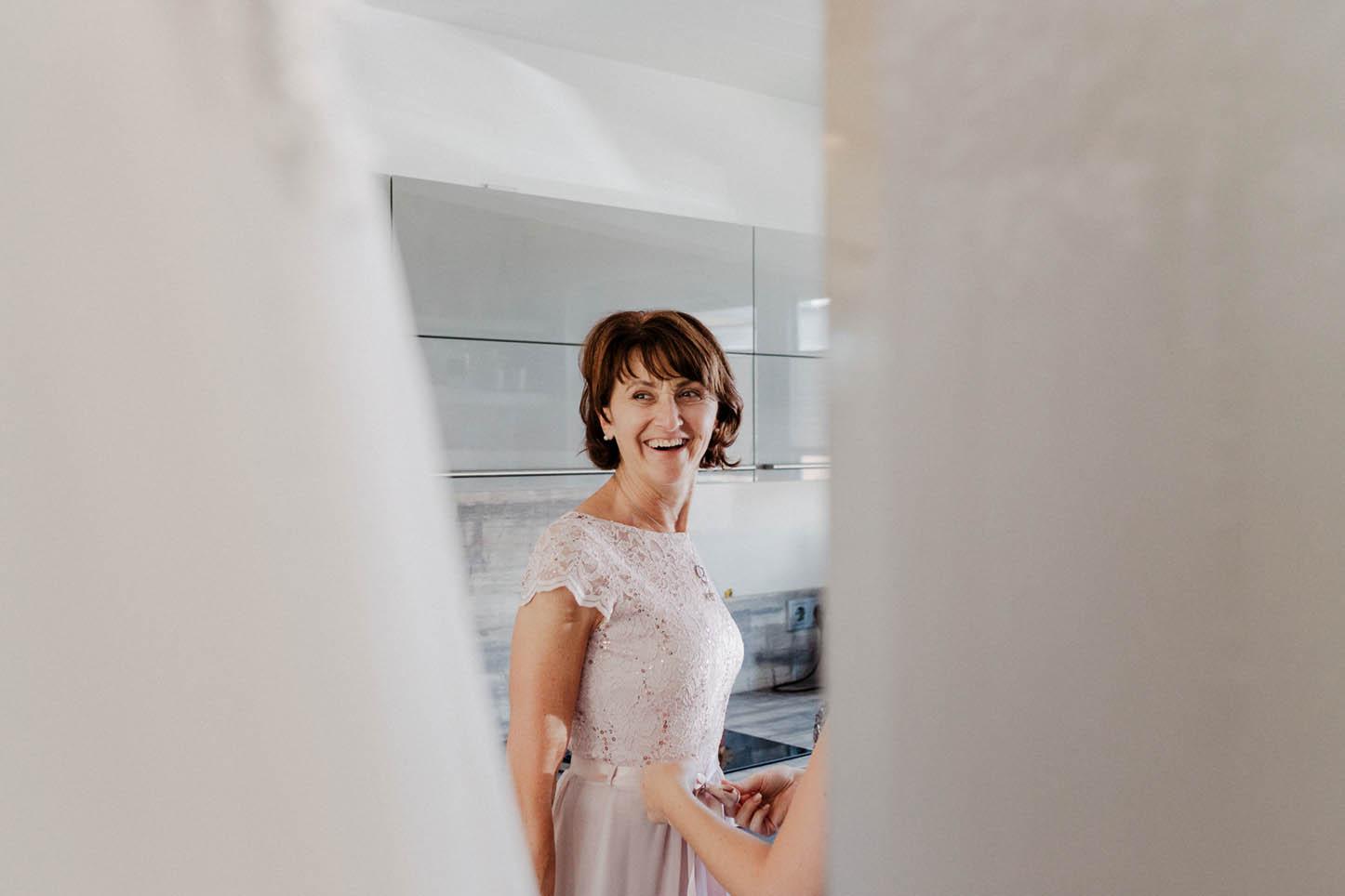 Getting ready der Braut mit der Familie