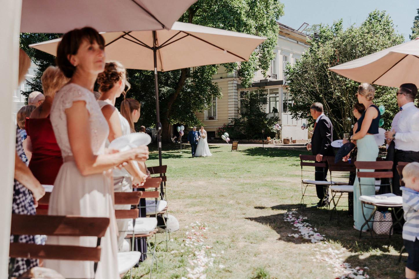 Braut mit Brautvater bei einer freien Trauung