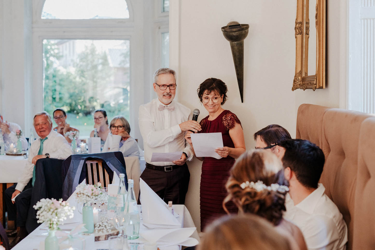 Eltern halten Rede bei einer Hochzeit