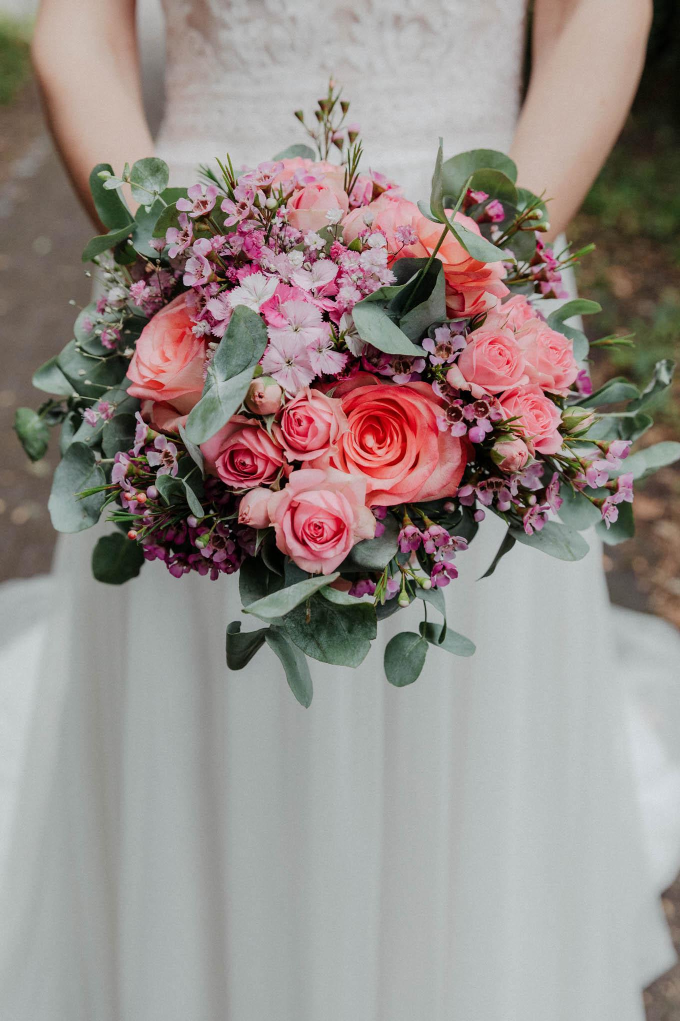 Braut mit Brautstrauß rot