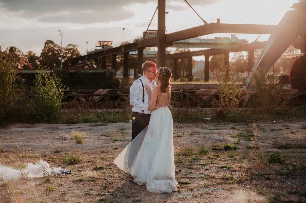 Brautpaar beim Afterweddingshooting im Sonnenuntergang