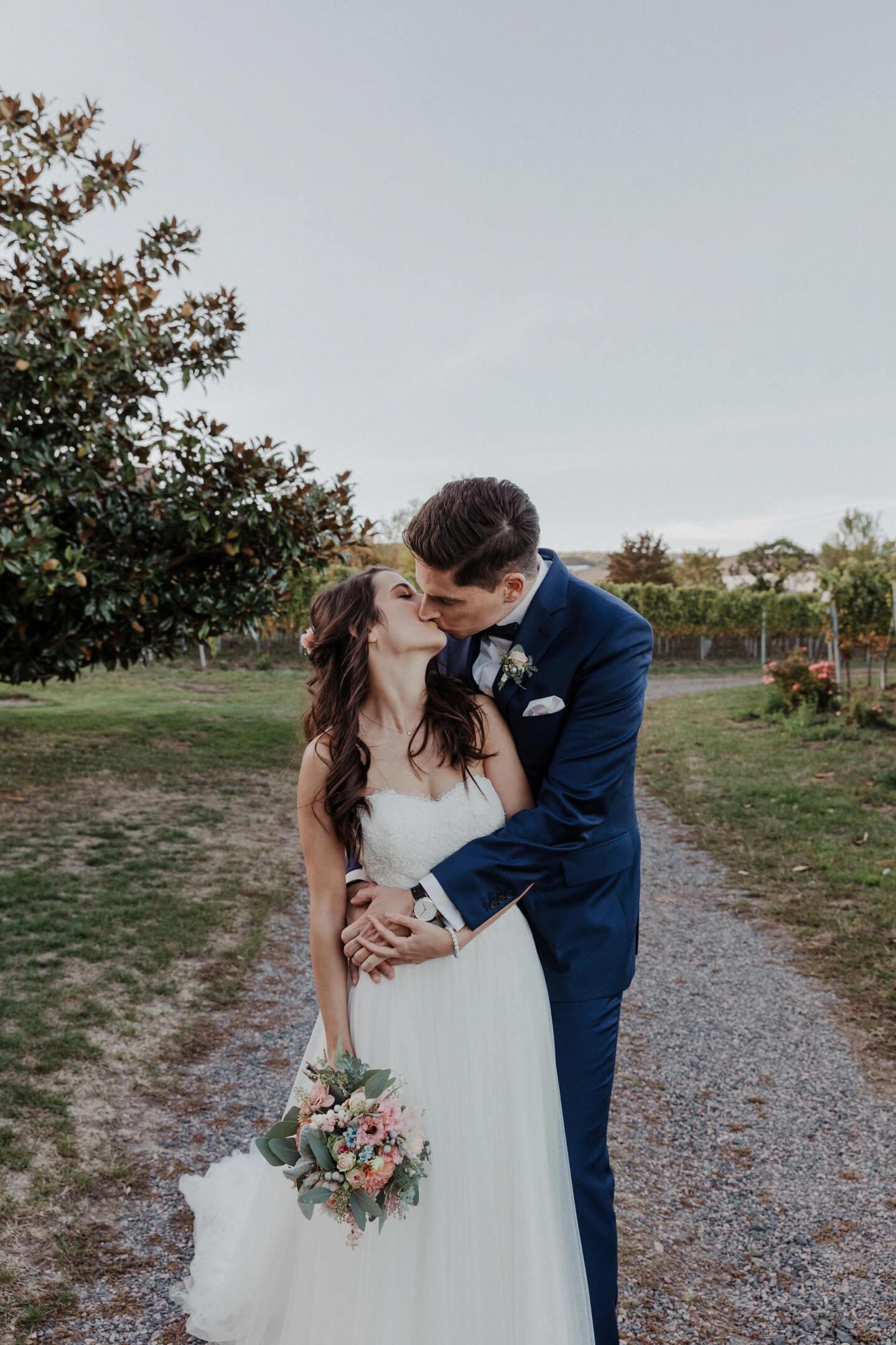 Hochzeitsfotos mit Brautpaar auf einem Weingut