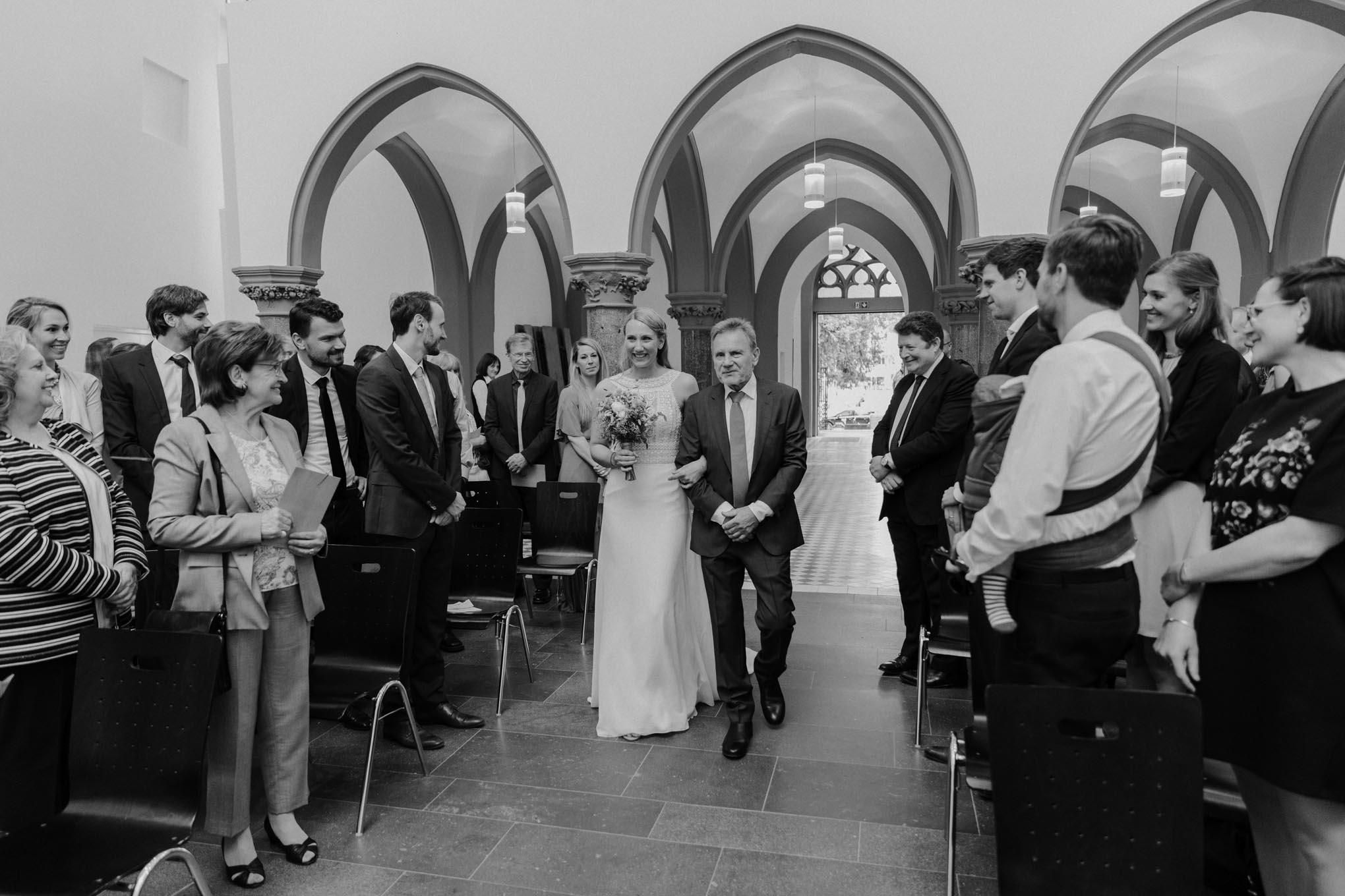 Einzug der Braut mit Vater in die Kirche