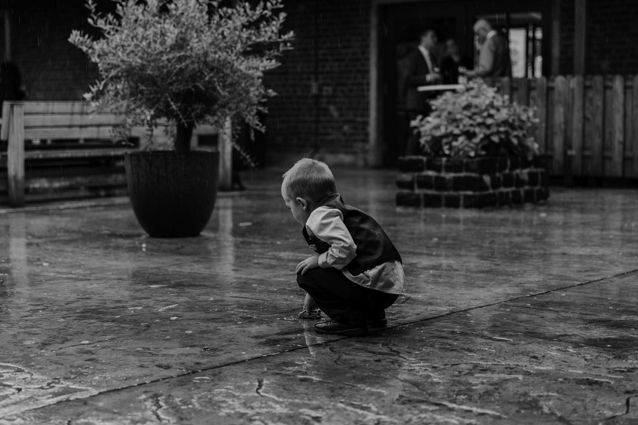 spielendes Kind im Regen